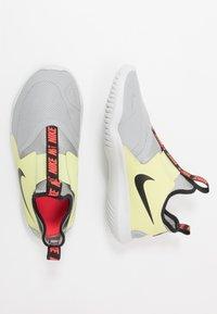 Nike Performance - FLEX RUNNER - Závodní běžecké boty - light smoke grey/black/limelight/photon dust - 0
