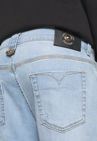 Versace Jeans Couture - SIOUX  - Jeans Tapered Fit - light blue denim - 3