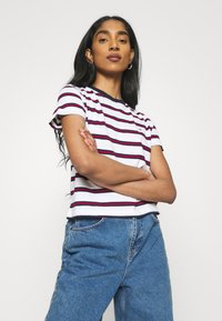 Tommy Jeans - REGULAR CONTRAST BABY TEE - Print T-shirt - white - 3