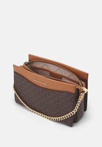 MICHAEL Michael Kors - JET CHAIN XBODY - Handbag - brown/acorn - 3