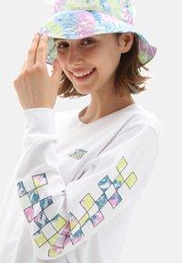 Vans - WM DYE VIBE - Print T-shirt - white - 2