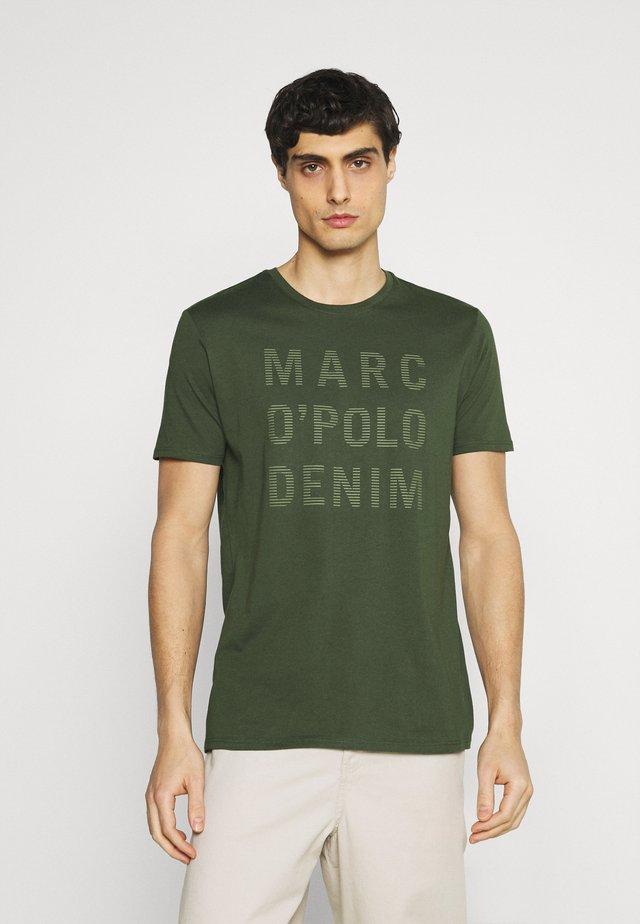 SHORT SLEEVE LOGO - T-shirt print - deep depth
