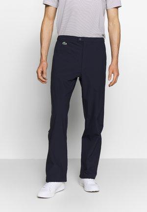 LACOSTE SPORT - PANTALON LOISIR HOMME - Pantalones chinos - Bleu Marine / Blanc