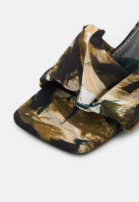Proenza Schouler - TESS PIUME  - Pantofle na podpatku - olivo - 6