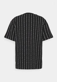 Karl Kani - SIGNATURE LOGO PINSTRIPE TEE - T-shirt z nadrukiem - black - 6