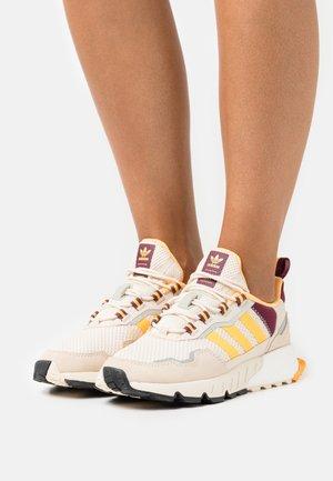 ZX 1K BOOST SEASONALITY  - Sneakers basse - white/solar gold/victory crimson