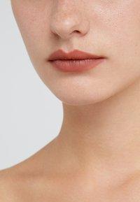 MAC - MATTE LIPSTICK - Rouge à lèvres - velvet teddy - 3