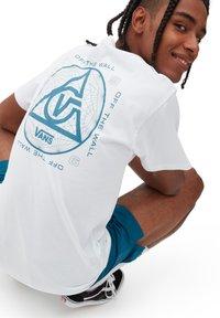 Vans - MN THREE POINTS SS - Print T-shirt - white - 1