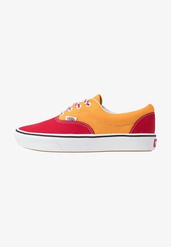 UA COMFYCUSH ERA - Sneakers - red/cadmium yellow