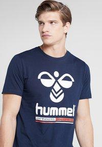 Hummel - HMLJONAS  - T-shirts print - black iris - 4