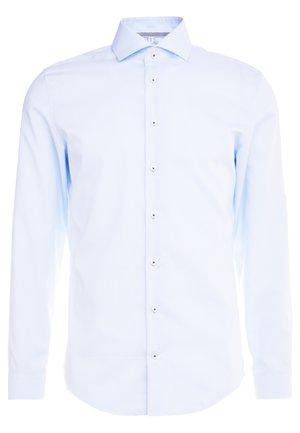 SLIM FIT SPREAD KENT PATCH - Chemise classique - light blue