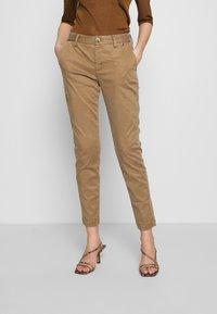 Herrlicher - LOVELY POWERSTRETCH - Chino kalhoty - umbra - 0