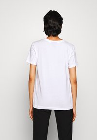 DKNY - GLITTER CITY SKYLINE IN LOGO - Print T-shirt - white/black - 2