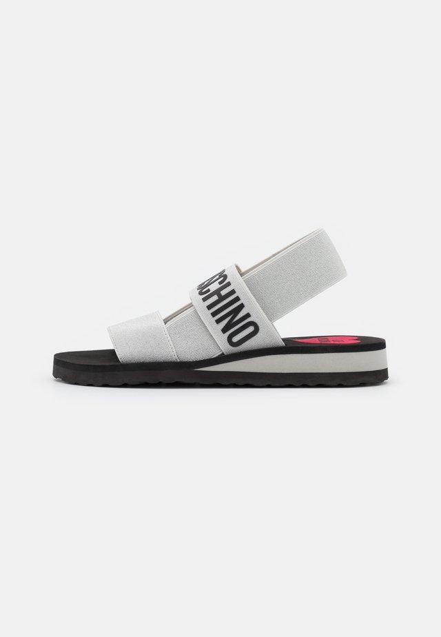Sandały na koturnie - argento