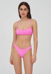 PULL&BEAR - MIT SCHLITZ - Bikini top - pink - 0