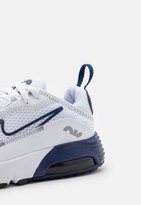 Nike Sportswear - AIR MAX 2090 UNISEX - Baskets basses - white/blue void/light smoke grey - 5