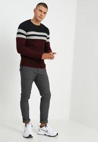 Only & Sons - ONSLAZLO STRIPED CREW NECK - Stickad tröja - cabernet - 1