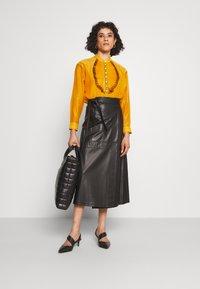 Tory Burch - RUFFLE FRONT BLOUSE - Long sleeved top - saffron gold - 1