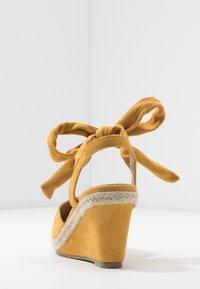 co wren wide fit - Sandales compensées - mustard - 3