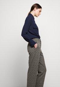 DRYKORN - SEARCH - Kalhoty - grau - 4