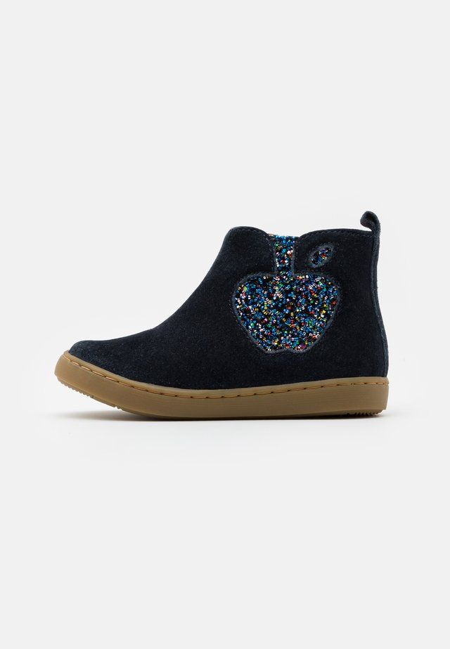PLAY APPLE - Stiefelette - navy/multicolor