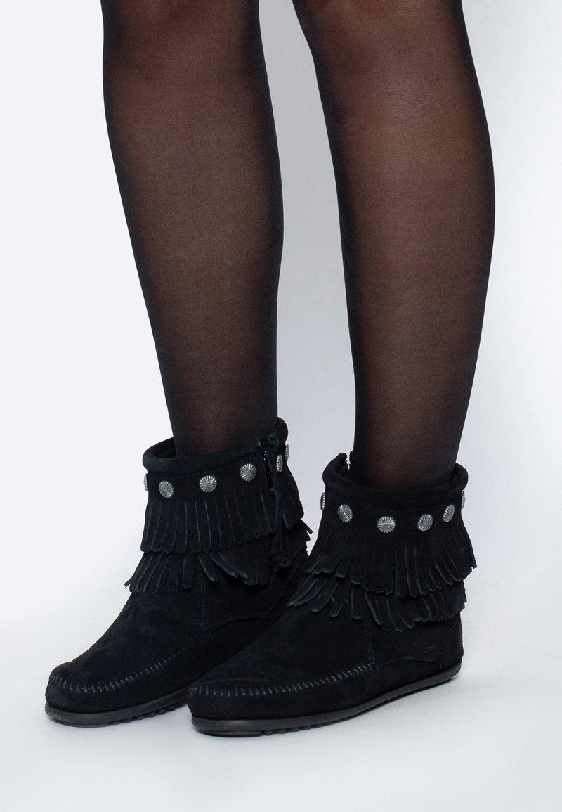 Minnetonka - DOUBLE FRINGE SIDE ZIP - Korte laarzen - black