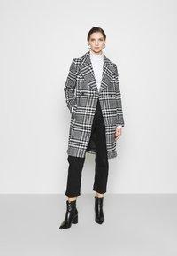 Forever New - JILLIAN HOUNDSTOOTH COAT - Classic coat - black & white - 1