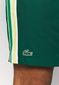 Lacoste Sport - TENNIS TOUR - Sports shorts - grün/gelb/weiß - 5