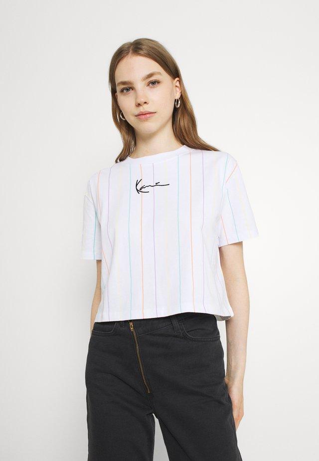 SMALL SIGNATURE SHORT PINSTRIPE TEE - T-Shirt print - white