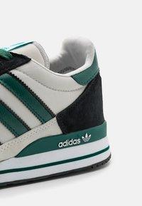 adidas Originals - ZX 500 UNISEX - Trainers - grey one/collegiate green/core black - 5