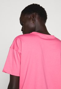 BLANCHE - MAIN HOLOGRAM - T-shirt imprimé - think pink - 5