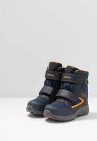 Geox - KURAY BOY ABX - Zimní obuv - navy/yellow - 3