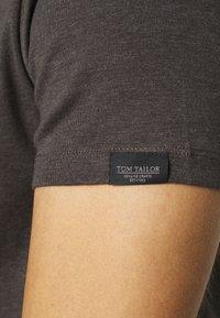TOM TAILOR - BASIC CREW NECK TEE - T-shirt - bas - dark grey melange - 5