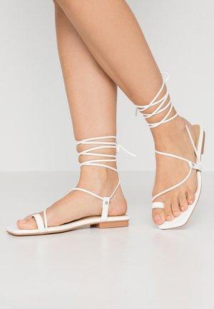 ADAZE - Sandály s odděleným palcem - white