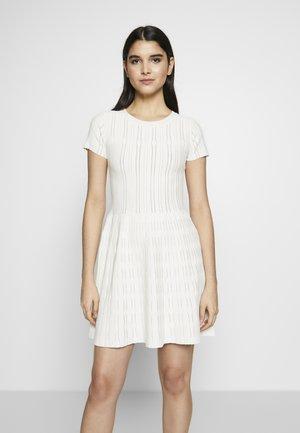 ARDENNE ABITO STRETCH - Pletené šaty - white