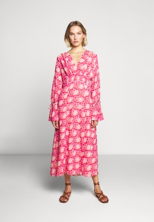 DEVOTED DRESS - Vapaa-ajan mekko - tomato red/chintz rose