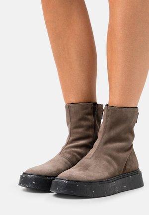 Platform ankle boots - evolo mandorla