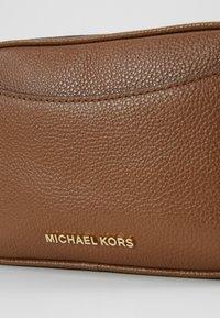 MICHAEL Michael Kors - JET XBODY MERCER - Torba na ramię - tan - 5
