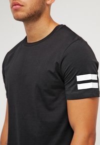 Jack & Jones - JCOBORO CREW NECK SLIM FIT  - T-shirt med print - black - 4