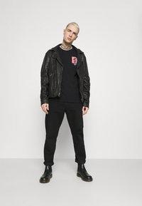 Zign - UNISEX - T-shirt z nadrukiem - black - 1