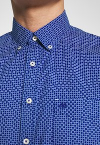 Marc O'Polo - BUTTON DOWN SHORT SLEEVE TURNED UP ONE POCKET FACING AT PLACKET - Shirt - mazarine blue - 4