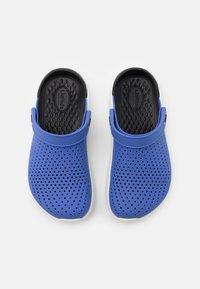 Crocs - LITERIDE - Pantofle - lapis/black - 3