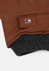 Tommy Hilfiger - ELEVATED FLAG GLOVES - Gloves - cognac - 2