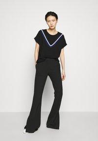 DKNY - STRIPED DETAIL - T-shirts print - black/electric blue - 1