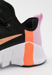 Nike Performance - FREE METCON 3 - Sports shoes - black/metallic copper/light arctic pink/hyper crimson - 5