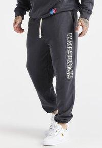 SIKSILK - SPACE JAM RELAXED FIT JOGGER - Pantalon de survêtement - dark grey - 0