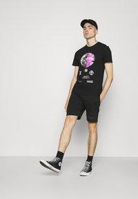 CLOSURE London - ECLIPSE TEE - T-shirt med print - black - 1