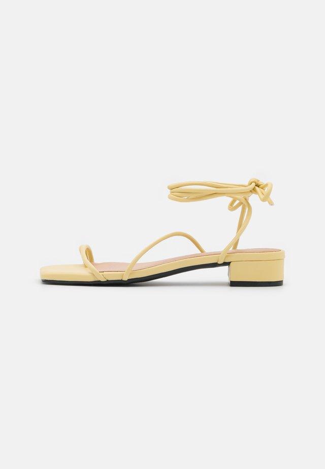 Sandály s odděleným palcem - yellow dusty light