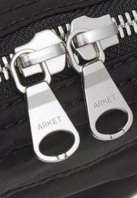 ARKET - UNISEX - Taška spříčným popruhem - black - 4