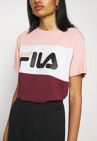Fila - ALLISON - Print T-shirt - tawny port/coral cloud/bright white - 4
